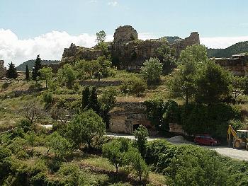 Una altra imatges de les restes del castell de Siurana.