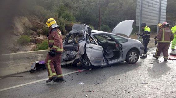 Estat en que va quedar el vehicle. Foto: Bombers