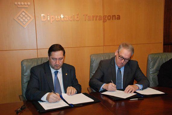 Josep Maria Pelegrí i Josep Poblet, en l'acte de signatura del conveni al Palau de la Diputació. Foto: diputaciodetarragona.cat