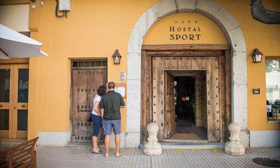 Entrada de l'Hostal Sport, a Falset. Foto: hotelpriorat-hostalsport.com/