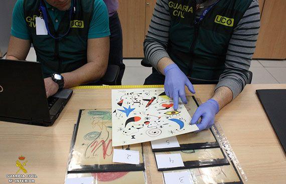 La Guàrdia Civil, amb els dibuixos incautats. Foto: guardiacivil.es
