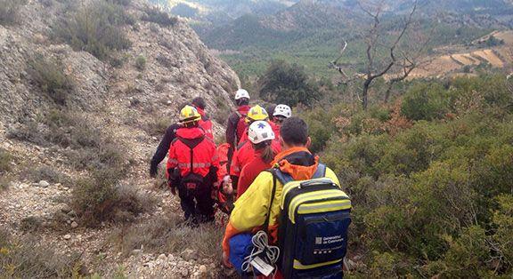 Els bombers i efectius del SEM traslladant l'accidentat cap a l'ambulància Foto: Bombers Cornudella de Montsant