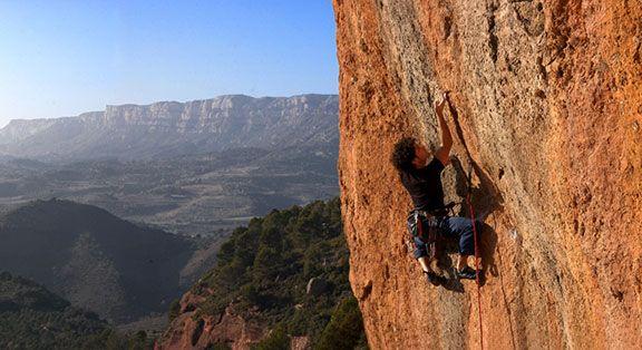 L'escalador cornudellenc Oscar Gimenez, escalant amb el Montsant al fons. Foto: Joan Capdevila Vallvé