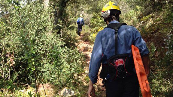 Els bombers, al sender per on s'arriba al sector d'escalada Foto: Bombers Cornudella.