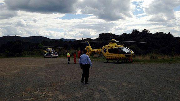 Els dos helicòpters i un vehicle de Mossos, avui al Coll de d'Esplugues. Foto: Bombers Cornudella de Montsant.