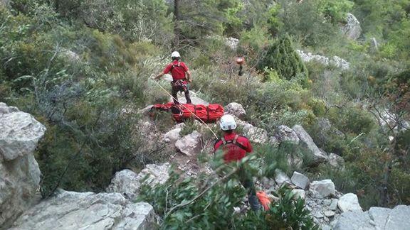 Imatge de les tasques de salvament de l'escalador. Foto: Bombers de la Generalitat