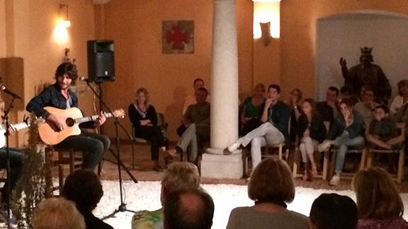 Un moment de l'actuació de Joan Masdéu a Cornudella. Foto: Cedida.